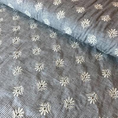 blauw/wit dunne streepjes met geborduurde bloemen- katoen