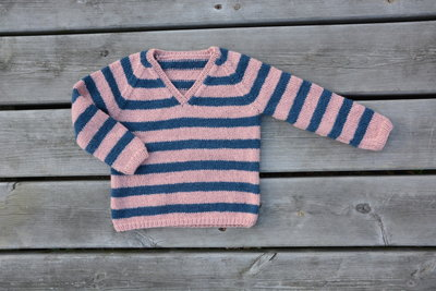 Breipakketje trui met strepen en V-hals