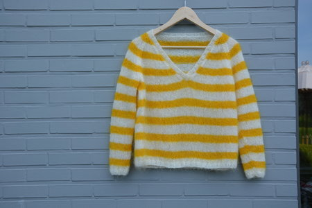 breipakketje trui met strepen wit/geel en V-hals